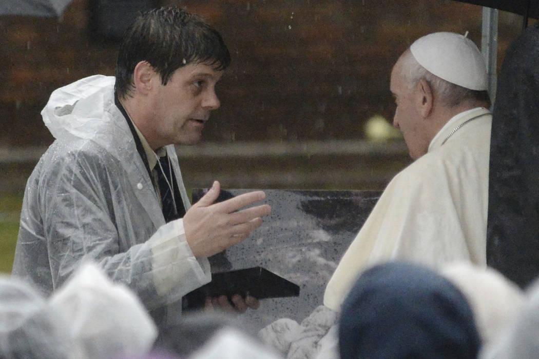 El Papa Francis habla con Tyge O'Donnell en el Parque del Hipocentro de Nagasaki en Nagasaki, p ...