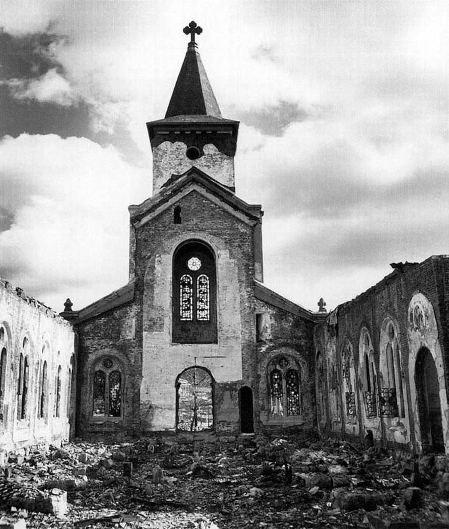 Una iglesia cristiana, muchos de cuyos vitrales siguen intactos, se muestra en esta fotografía ...