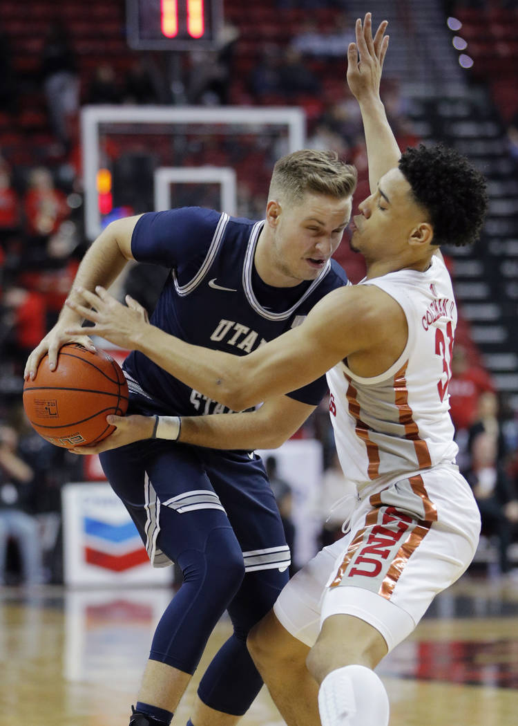 Utah State's Sam Merrill drives against UNLV's Marvin Coleman (31) durante la primera mitad del ...