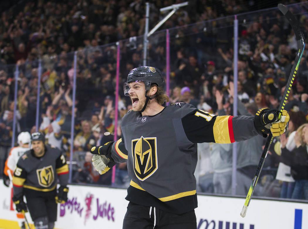 El defensa de los Vegas Golden Knights, Jon Merrill (15), celebra después de anotar un gol en ...