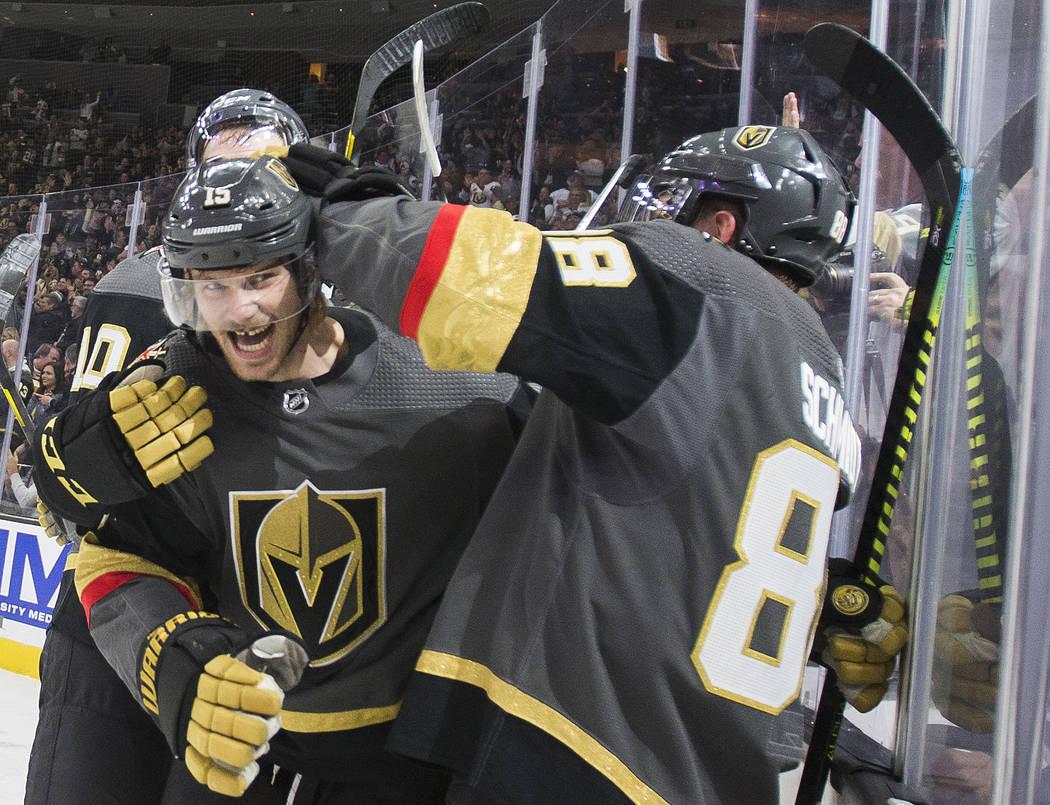 El defensa de los Vegas Golden Knights, Jon Merrill (15), celebra con el otro defensa Nate Schm ...