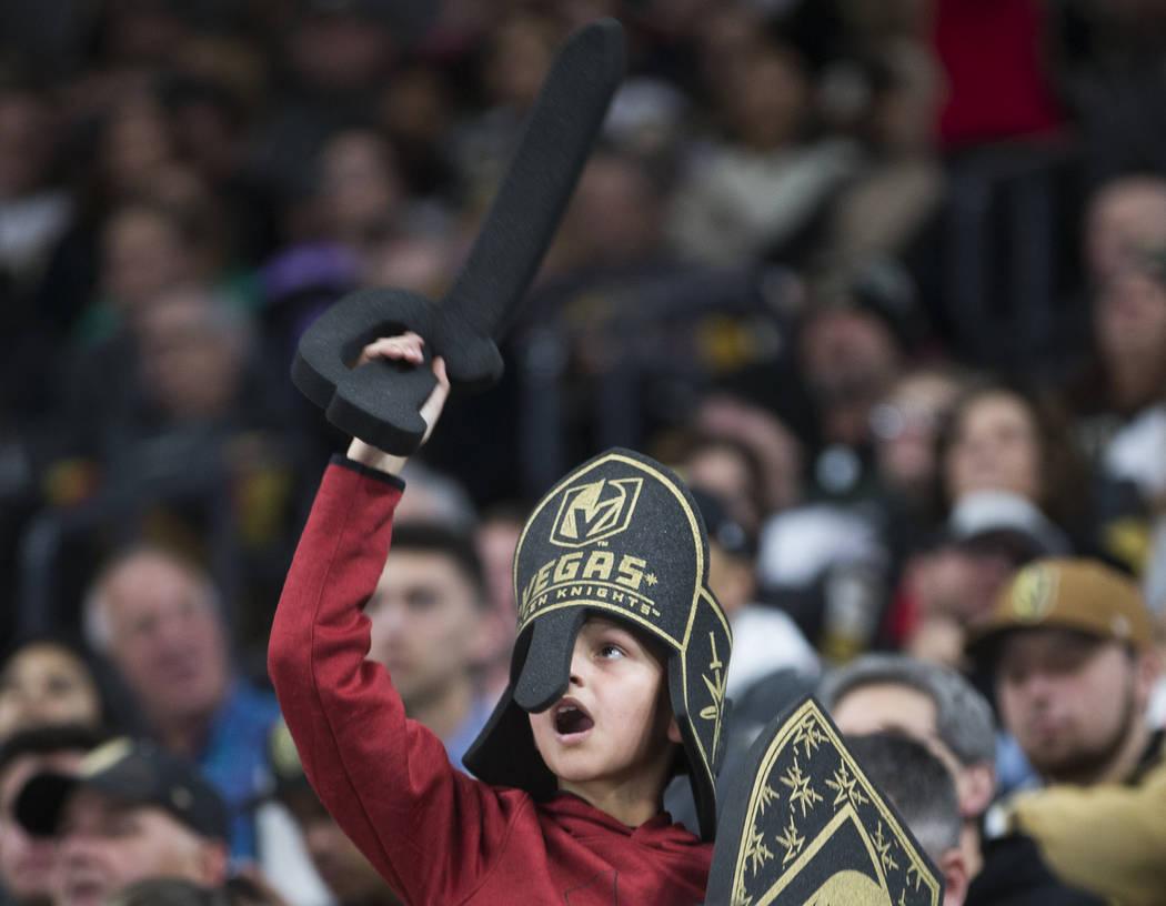 Fans de los Golden Knights animan a Las Vegas en el segundo tiempo de un juego de hockey de la ...