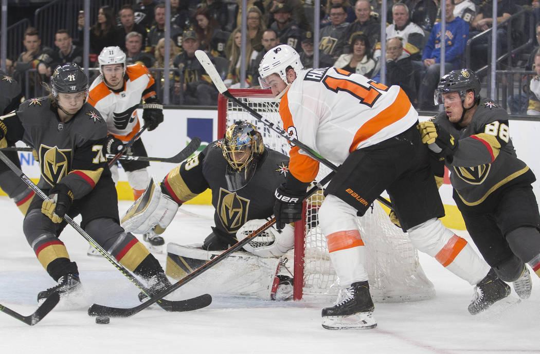 El portero de los Vegas Golden Knights, Marc-Andre Fleury (29), ataja al centro de los Flyers d ...