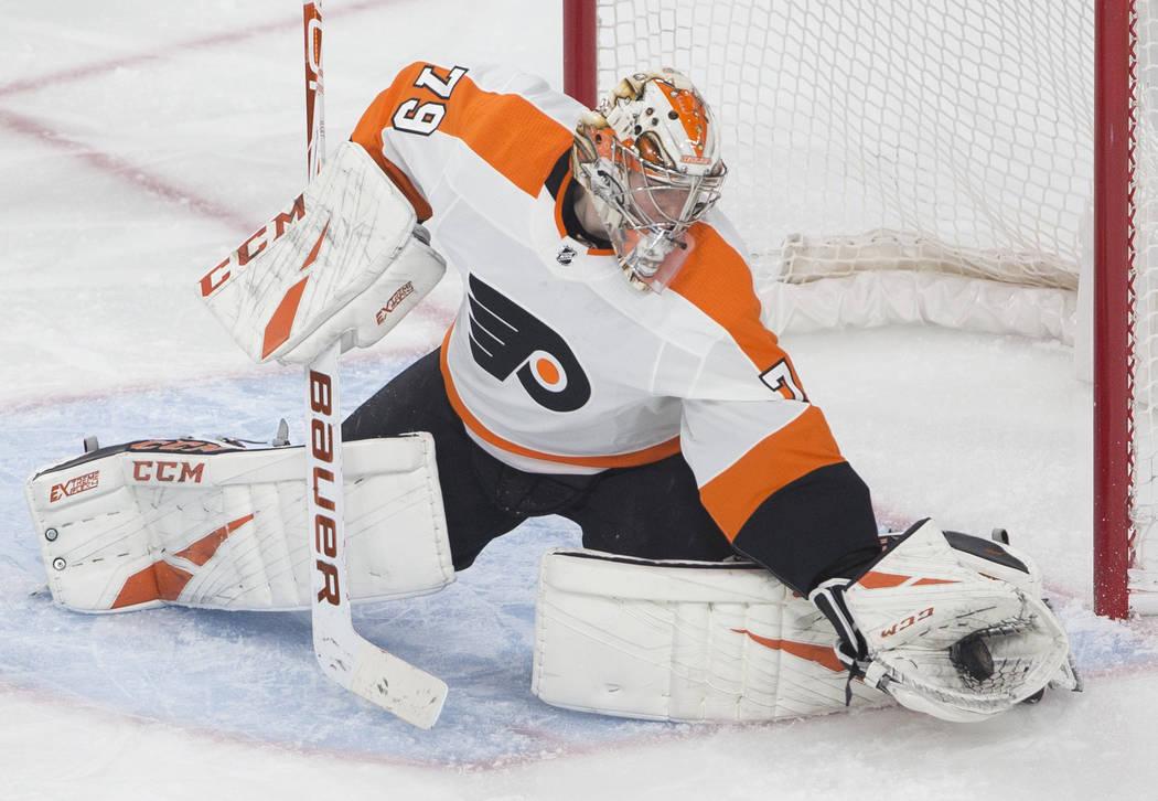 El portero de los Philadelphia Flyers, Carter Hart (79), hace una atajada en el tercer tiempo d ...