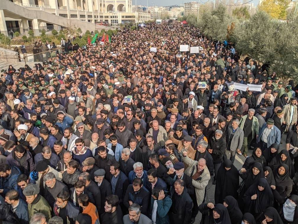 Manifestantes protestan por el ataque aéreo estadounidense en Irak que mató al general de la ...