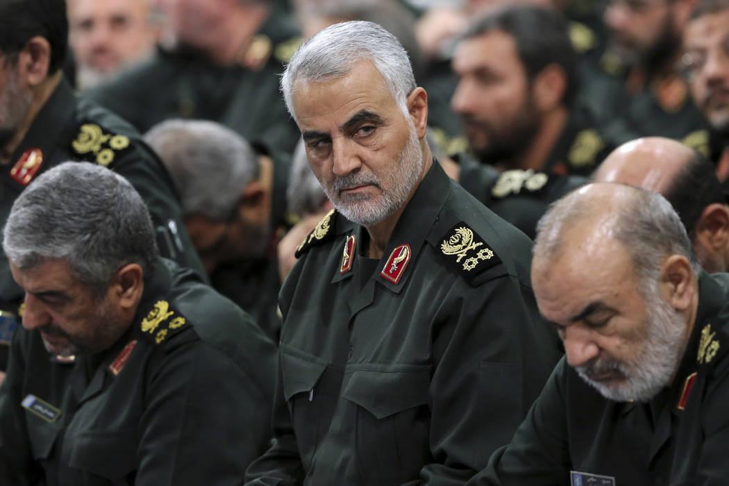El general de la Guardia Revolucionaria Qassem Soleimani, al centro, asiste a una reunión en T ...