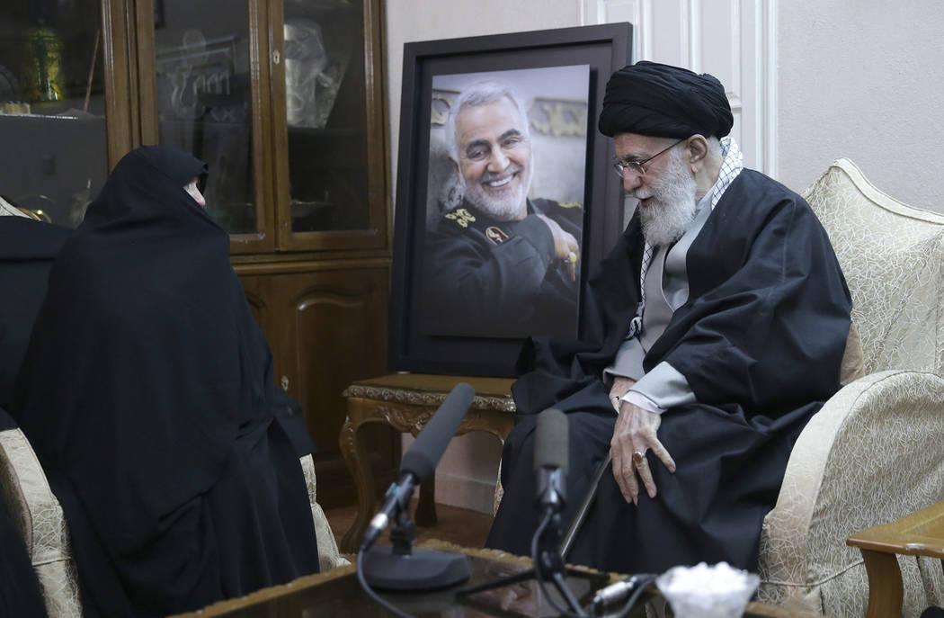 En esta foto publicada por el sitio web oficial de la oficina del líder supremo iraní, el Lí ...