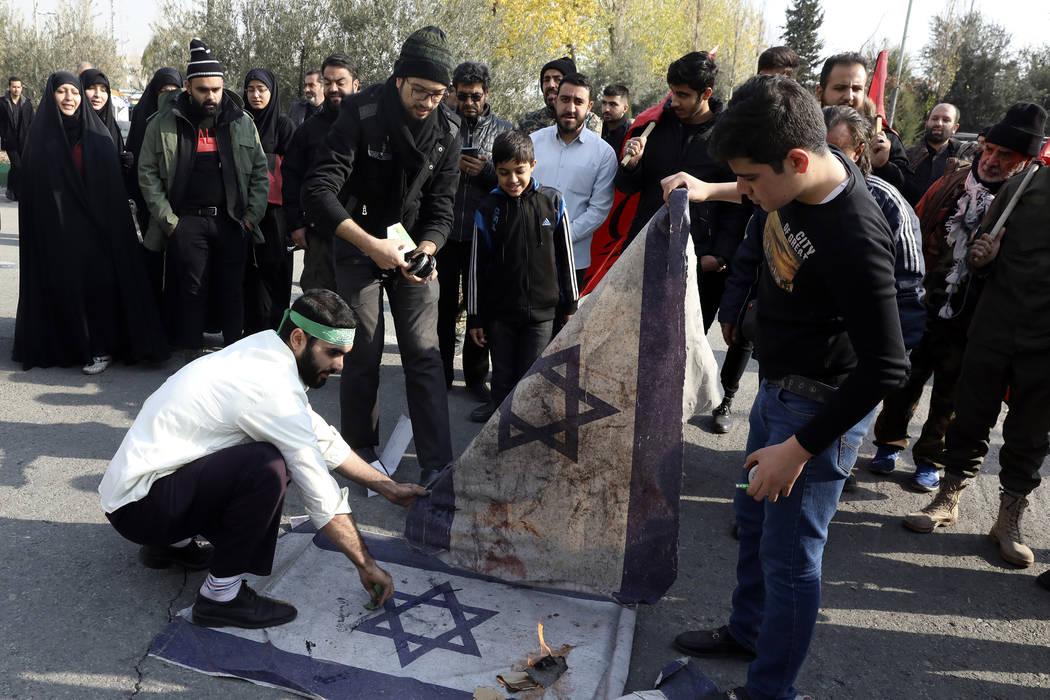 Manifestantes queman representaciones de la bandera israelí durante una manifestación por el ...