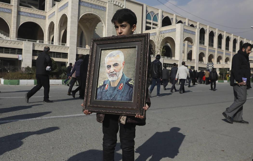 Un niño lleva un retrato del general de la Guardia Revolucionaria iraní Qassem Soleimani, ase ...