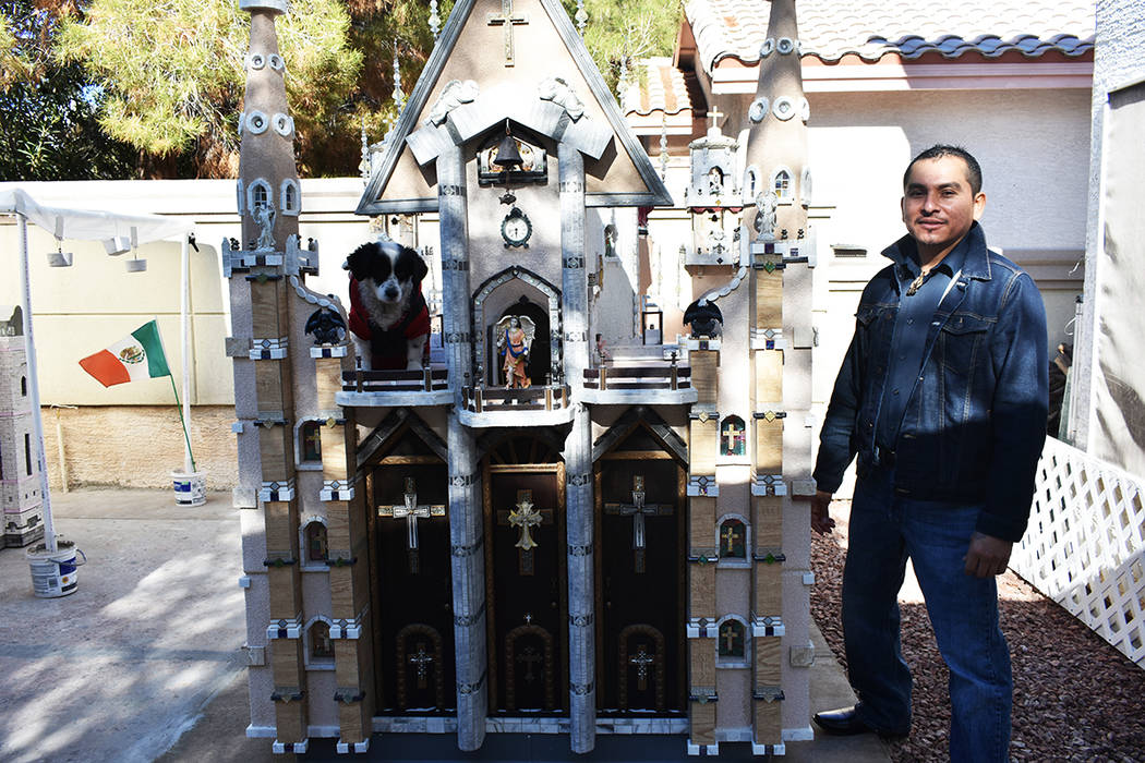 """Julio César Galicia ha construido una """"Catedral Canina"""" y trabaja en la réplica del Palac ..."""