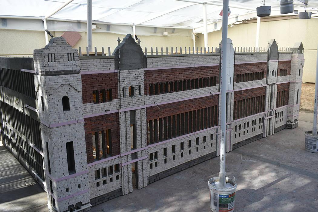 La réplica del Palacio Nacional de México, creado por Julio César Galicia, está en construc ...