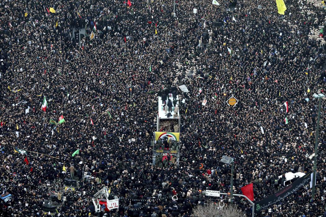 Los ataúdes del general Qassem Soleimani y otros que murieron en Irak por un ataque de drones ...