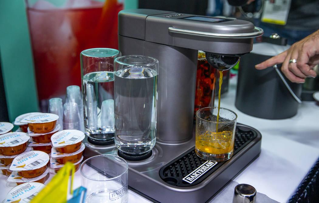 "La máquina de cócteles premium Bartesian a pedido durante el ""CES Unveiled Las Vegas"" revel ..."