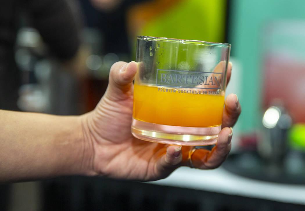 Una bebida de whisky elaborada con la máquina de cócteles Bartesian de primera calidad a peti ...