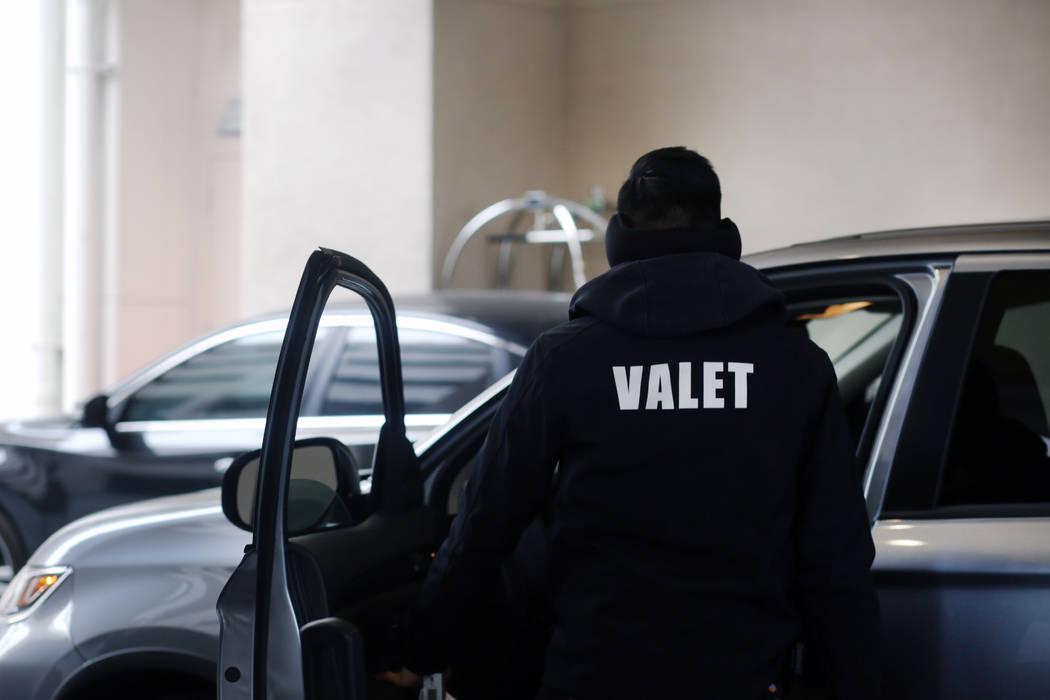 Un valet se encarga de un huésped en el estacionamiento gratuito del Sahara Las Vegas el viern ...