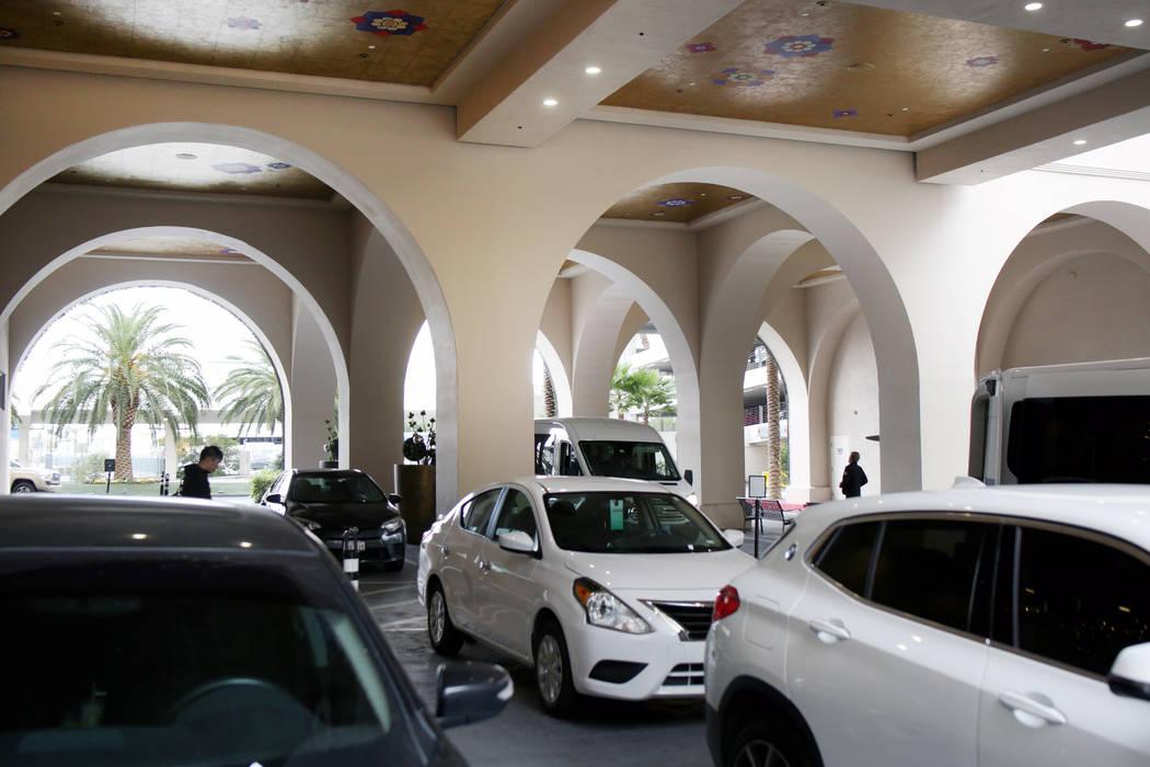 Los vehículos se dejan en el estacionamiento gratuito del Sahara Las Vegas el viernes, 20 de d ...