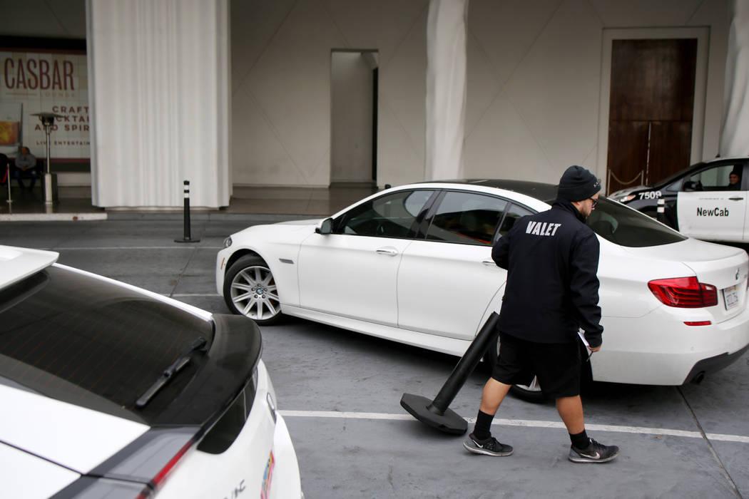 El valet Joel Tejada ayuda a un huésped después de recuperar su vehículo en el Sahara Las V ...