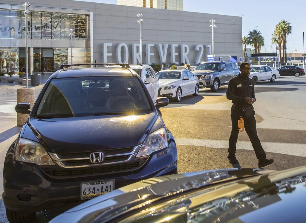 Desean Frazier, a la derecha, estaciona autos fuera de The Capital Grille el miércoles, 27 de ...