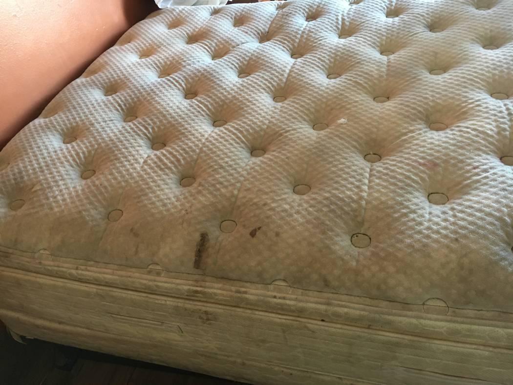 Un colchón fotografiado por el Distrito de Salud del Sur de Nevada durante una inspección del ...