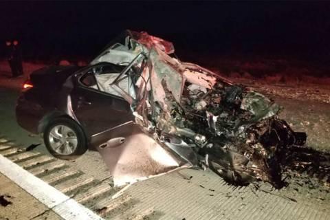 Se ve un vehículo en el lugar de un choque fatal en los carriles con dirección norte de la I- ...