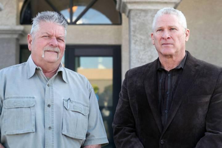 El ayudante del agente de policía de Boulder, Steve Kilgore, a la derecha, se unió a la ofici ...