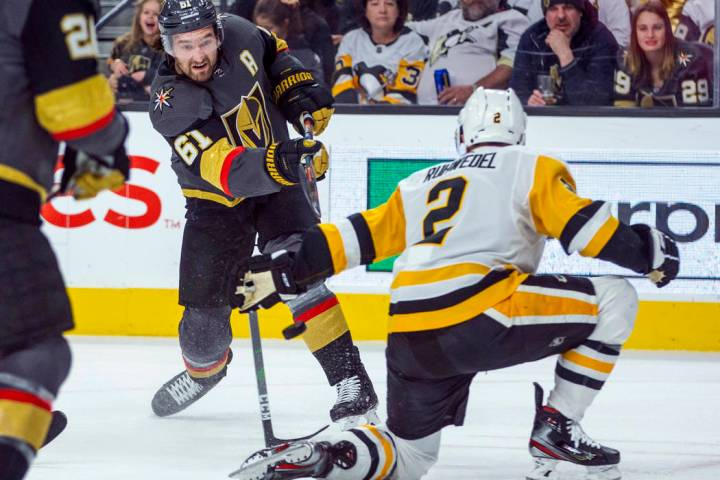 Mark Stone (61), de Vegas Golden Knights, envía un disparo ante Chad Ruhwedel (2), de Pittsbur ...