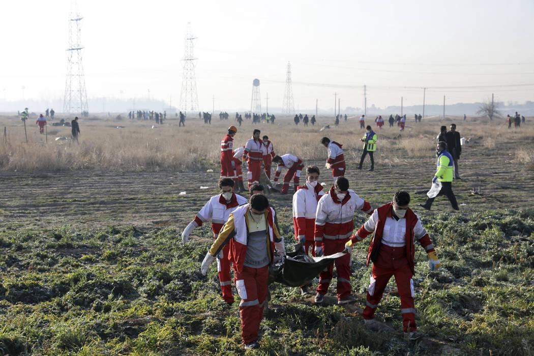 Rescatistas recuperan los cuerpos de las víctimas de un accidente de avión ucraniano en Shahe ...