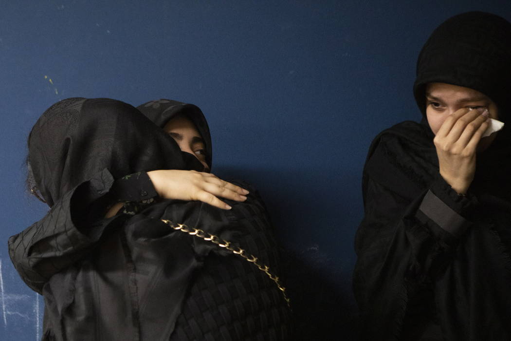 Miembros de la comunidad iraní de Toronto asisten al velorio en Toronto el miércoles, 8 de en ...