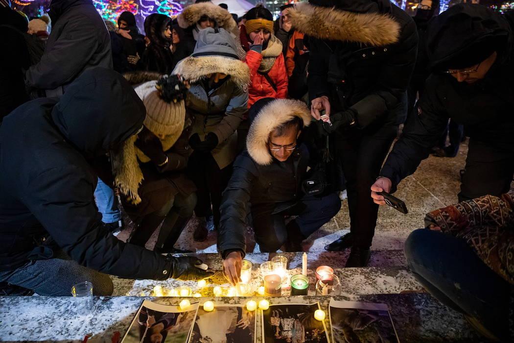 Dolientes colocan velas y fotografías fuera del edificio de la Legislatura de Alberta en Edmon ...