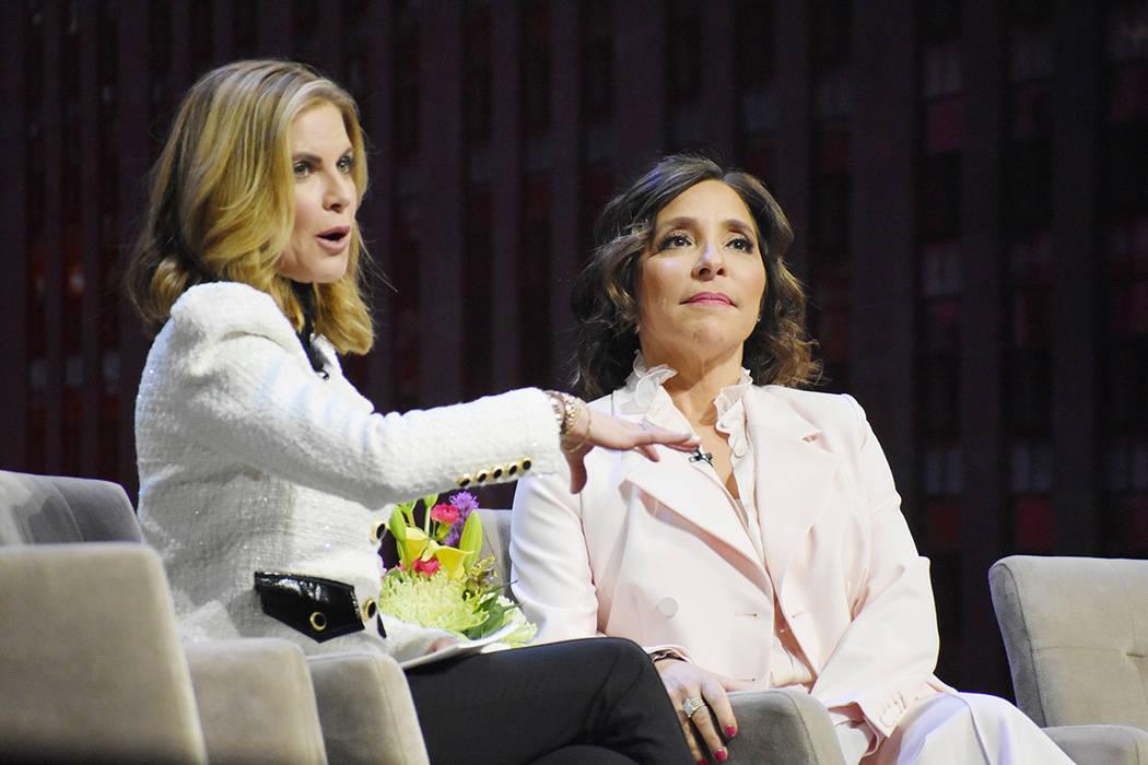 Natalie Morales, izquierda conversa con Linda Yaccarino, presidenta de Publicidad y Alianzas de ...