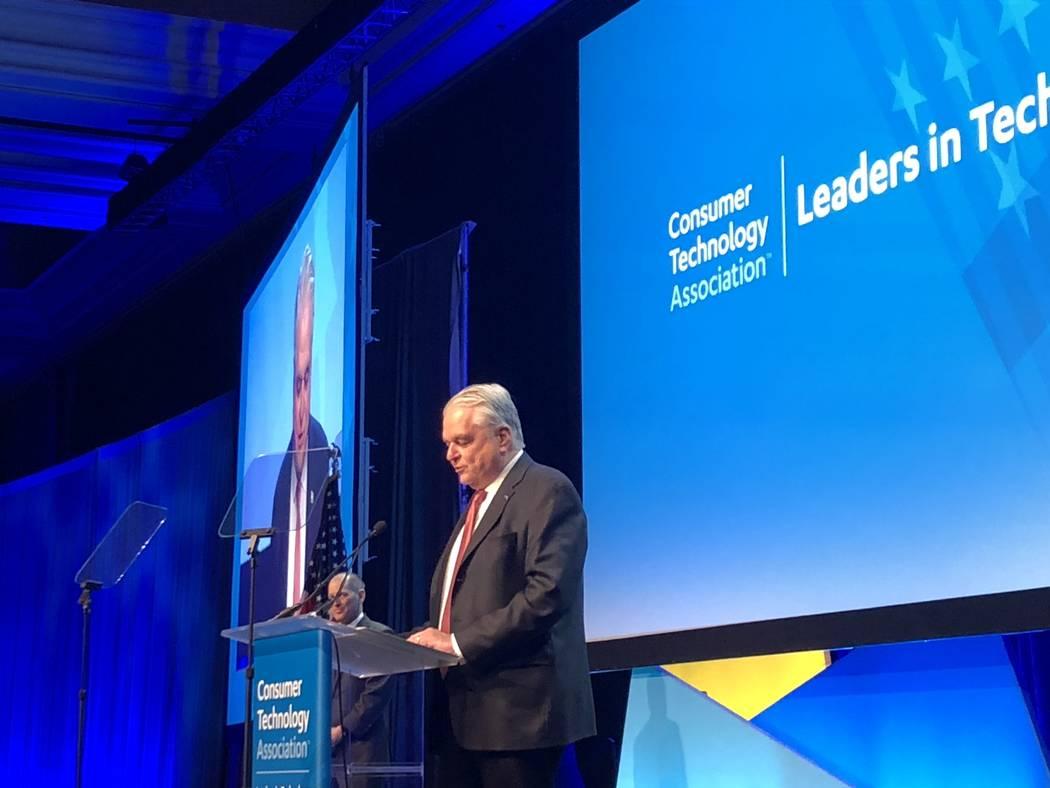 El gobernador Steve Sisolak habla ante los líderes de la industria tecnológica en la Cena de ...