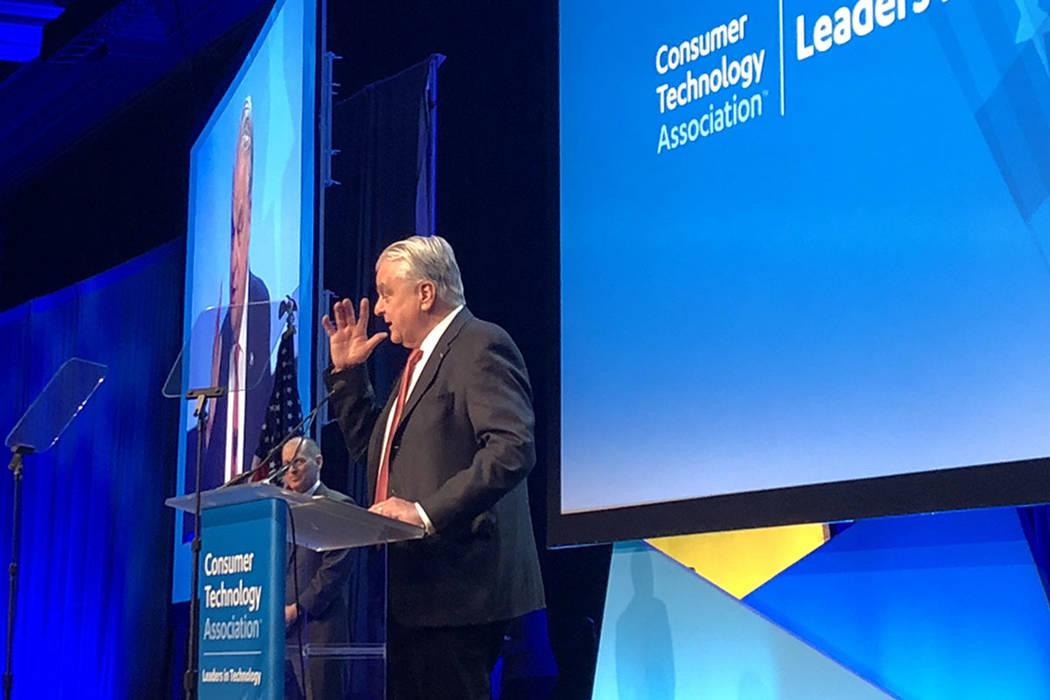 El gobernador Steve Sisolak habla ante los líderes de la industria tecnológica en la Cena de Líderes Tecnológicos de CES 2020, organizada por la Asociación de Tecnología del Consumidor, el miércoles por la noche en Wynn Las Vegas. (Bailey Schulz/Las Vegas Review-Journal)