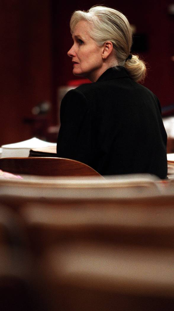 Margaret Rudin sentada en una sala vacía esperando que sus abogados lleguen en esta foto sin f ...