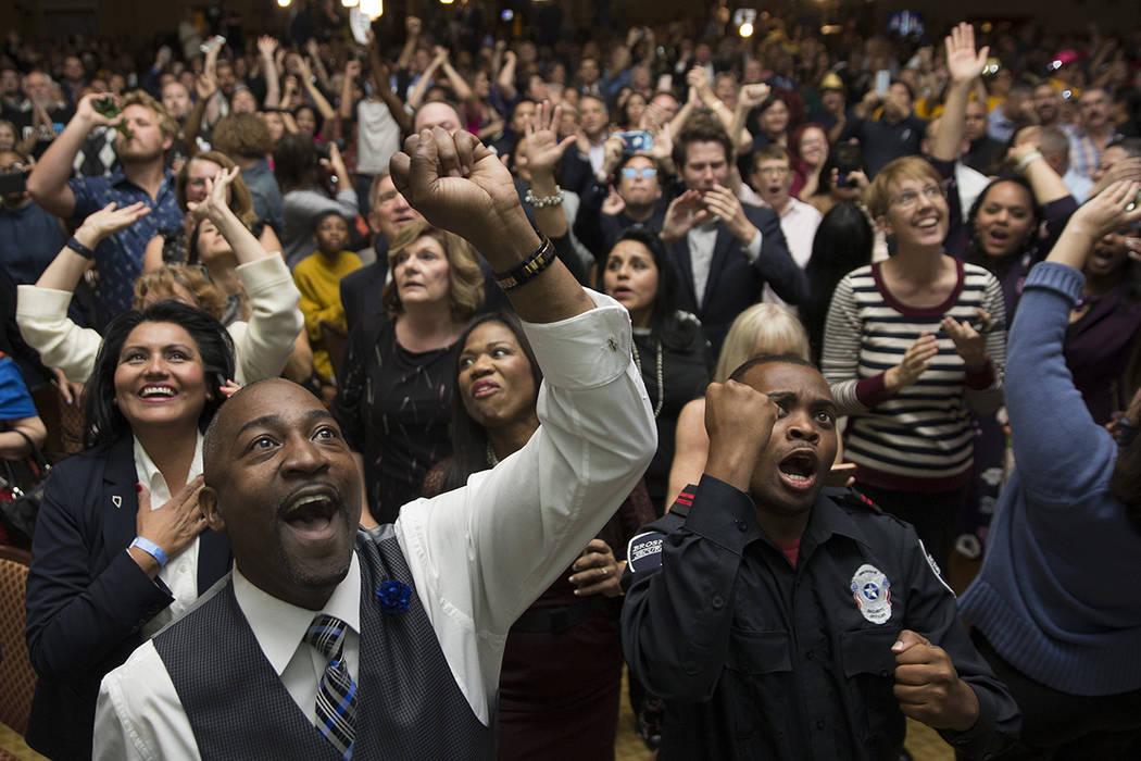 El asambleísta Tyrone Thompson (izquierda) aplaude los resultados de la congresista Jacky Rose ...