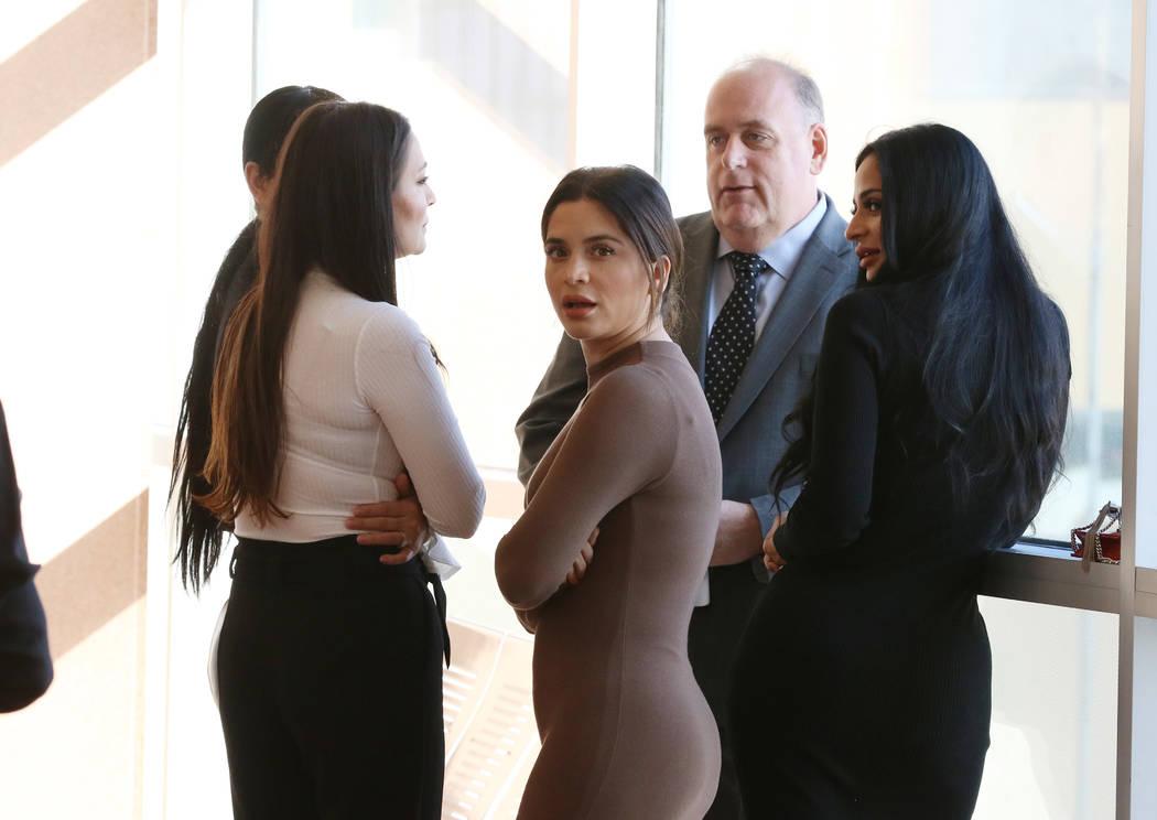 Cuatro mujeres, acusadas de un ataque en el Cosmopolitan, son fotografiadas con su abogado en e ...