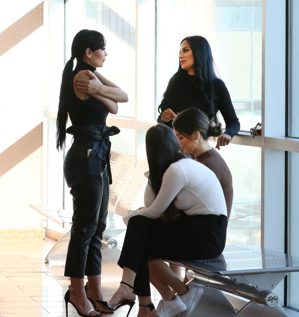 Cuatro mujeres, acusadas de un ataque en el Cosmopolitan, son fotografiadas en el Centro de Jus ...