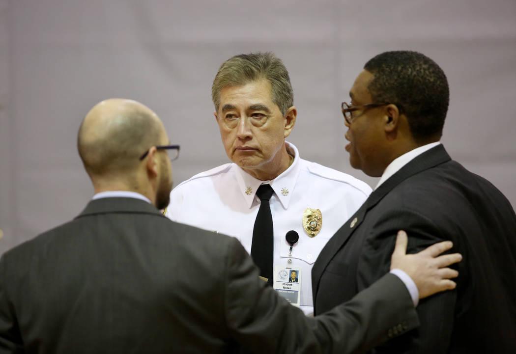 El concejal del Distrito 1 de la ciudad de Las Vegas, Brian Knudsen, izquierda, el jefe de bomb ...
