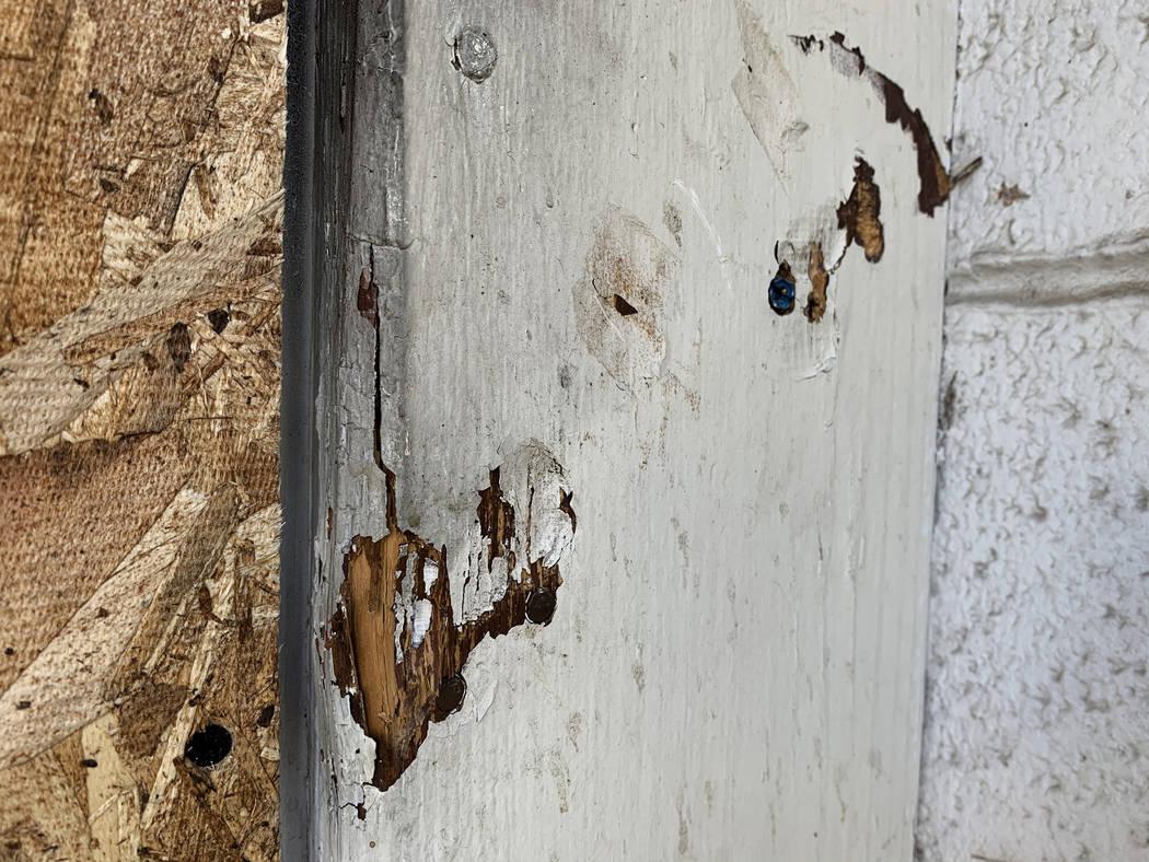 Las hendiduras muestran donde la puerta trasera de los Alpine Motel Apartments fue bloqueada, f ...