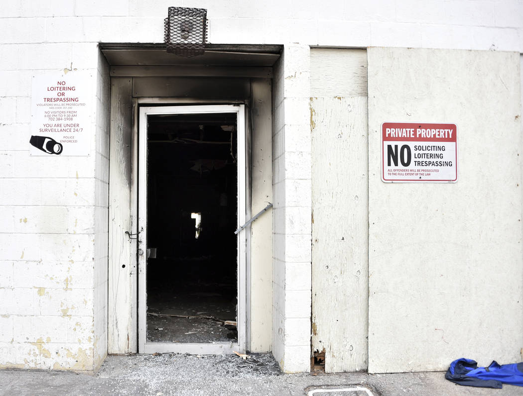Hollín oscurece la puerta trasera de un complejo de apartamentos de tres pisos el sábado, 21 ...
