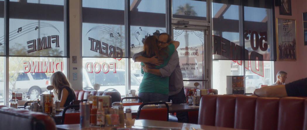Deanna y John Green se abrazan. (Netflix)