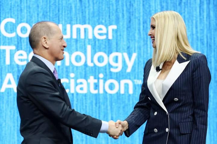 Gary Shapiro, presidente y director general de la Asociación de Tecnología de Consumo, estrec ...