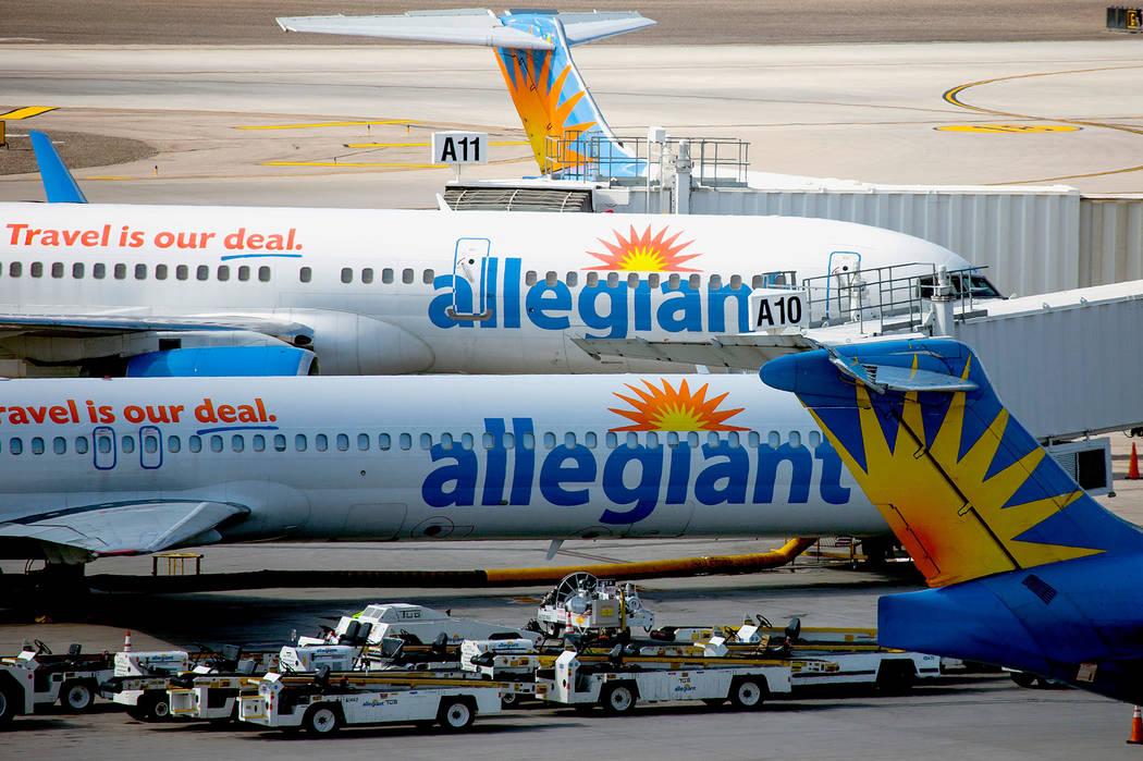 Aeronaves de Allegiant Airlines en la pista del Aeropuerto Internacional McCarran en octubre de ...