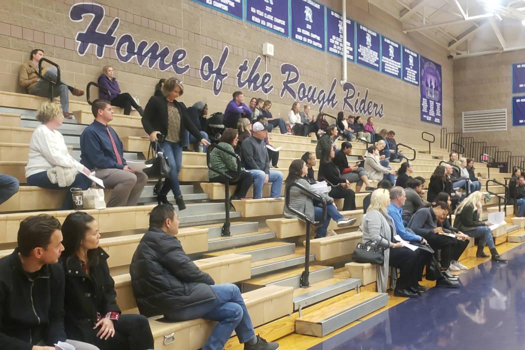 Los padres se reunieron en el gimnasio de Sig Rogich Middle School el lunes, 13 de enero 2020 p ...