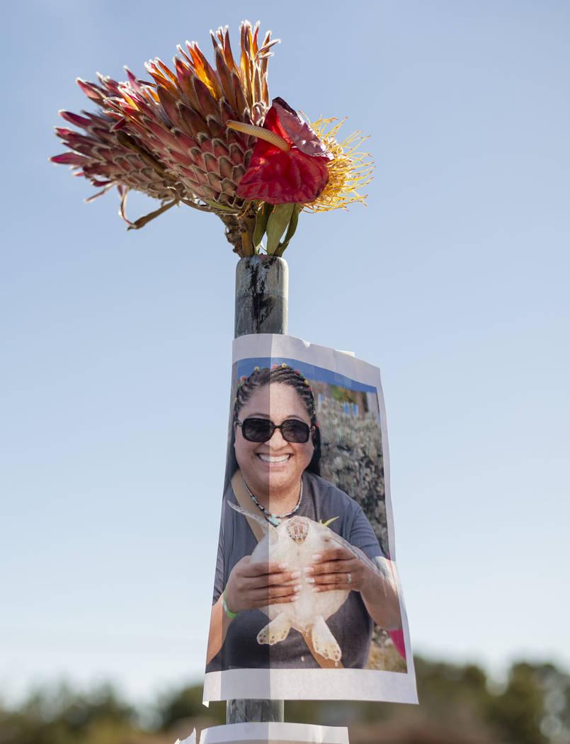 Una fotografía de Gilma Rodríguez-Walters, 53, se exhibe en un monumento el lunes, 13 de ener ...