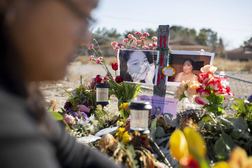 Andrea López coloca tulipanes frescos en un monumento a su madre el lunes, 13 de enero de 2020 ...
