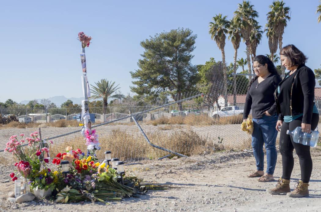 Las hermanas Andrea López, izquierda, y Ruth Neall miran el monumento el lunes, 13 de enero de ...