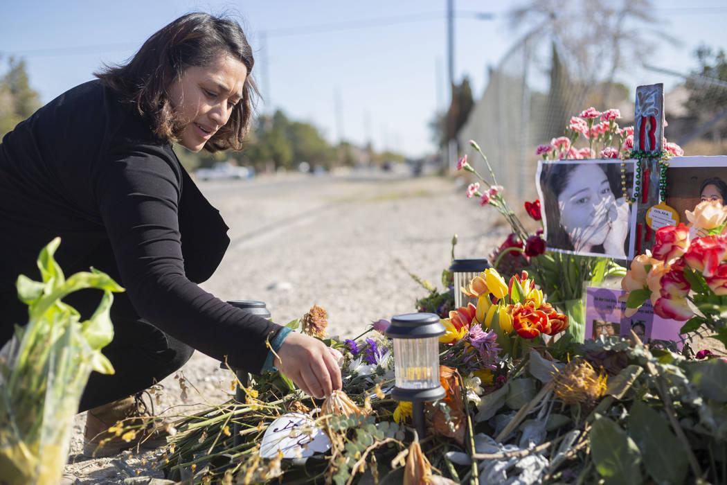 Ruth Neall coloca tulipanes frescos en un monumento a su madre el lunes, 13 de enero de 2020, e ...