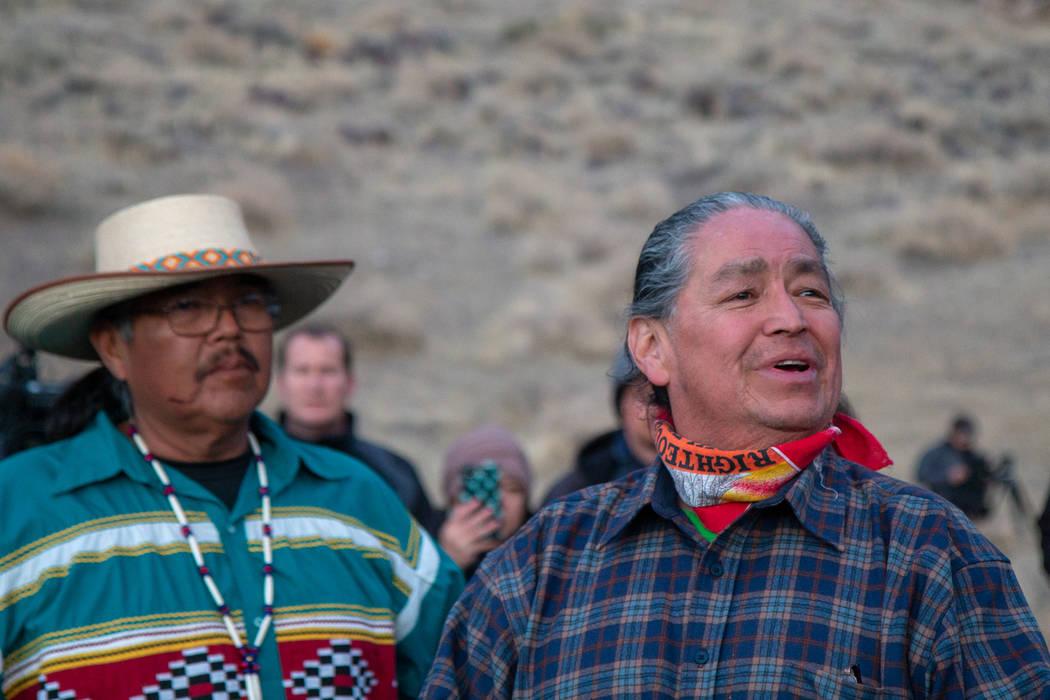 El vicepresidente de la Tribu Paiute del Lago Pyramid, Alan Mandell, a la derecha, habla a la m ...
