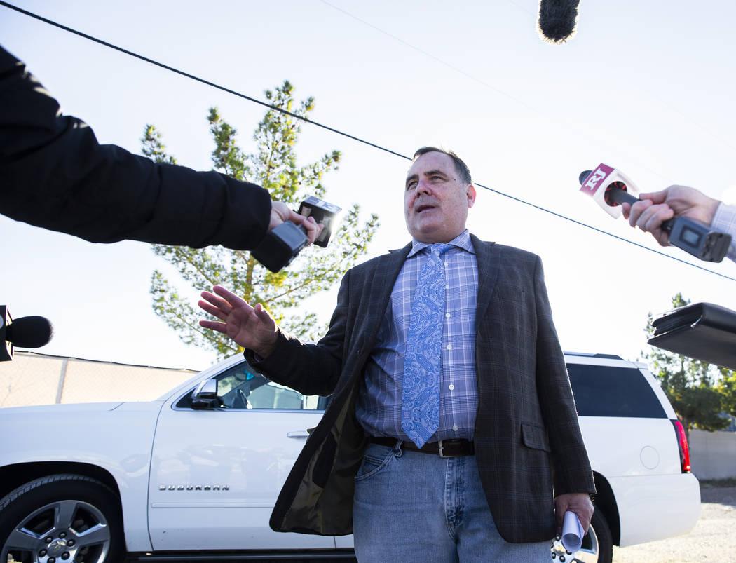 El abogado de Margaret Rudin, Greg Mullanax, habla a las afueras del Centro Correccional de Muj ...