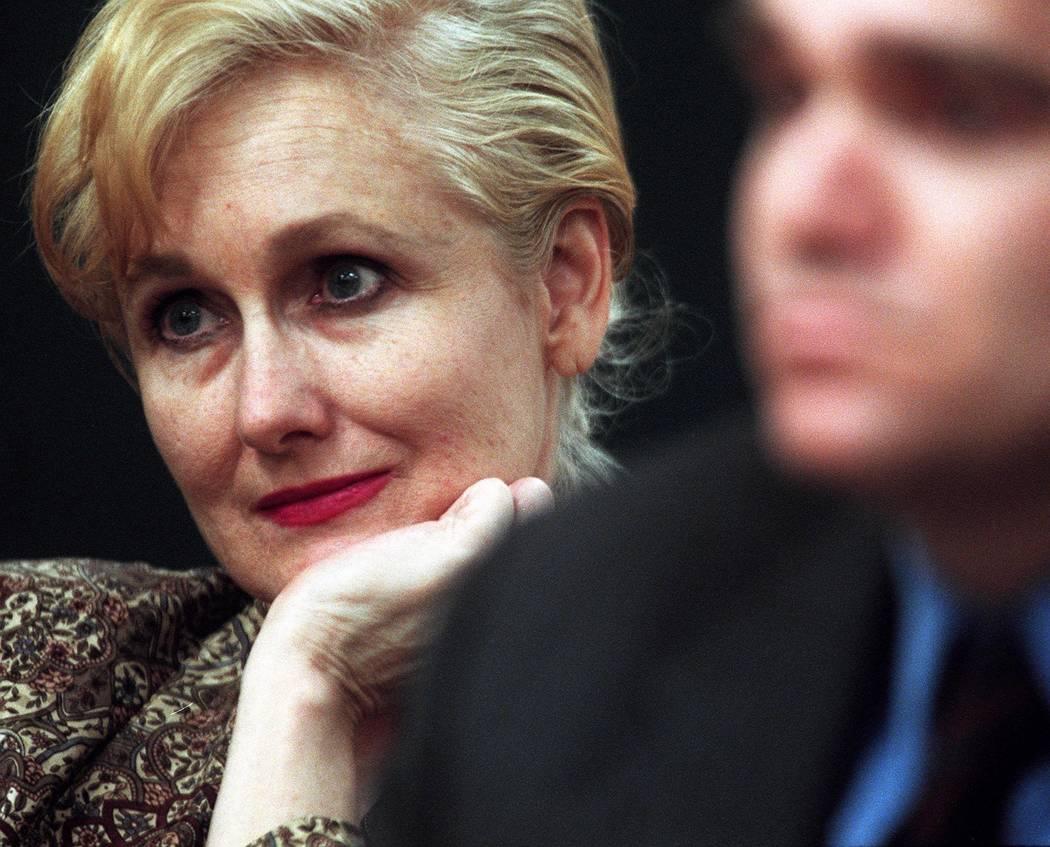 Margaret Rudin y su abogado, Jordan Savage, escuchan mientras el juez Joseph Bonaventure dictam ...